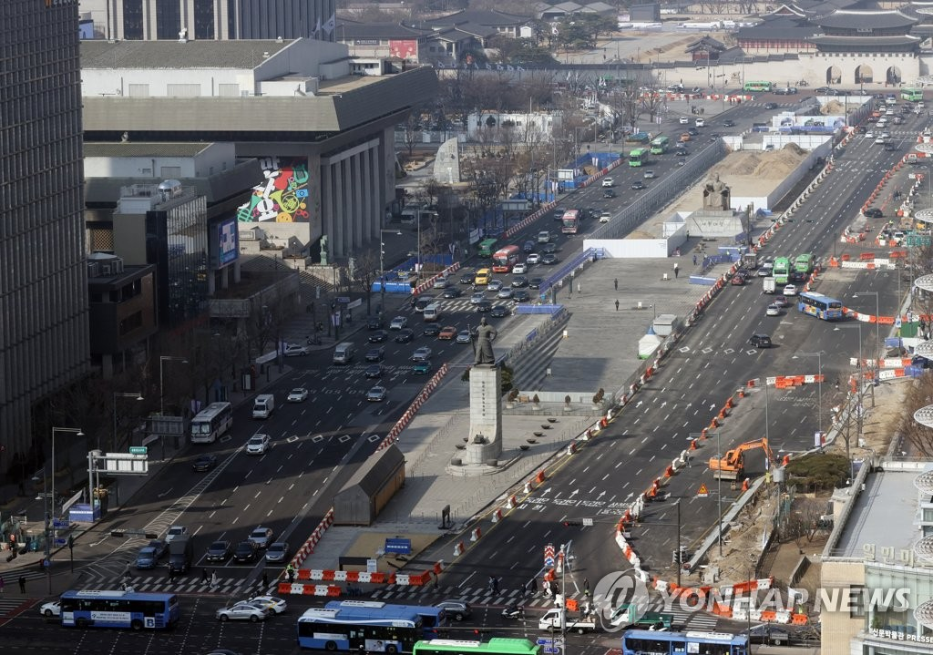 This photo shows Gwanghwamun Square in Seoul on Feb. 22, 2021. (Yonhap)