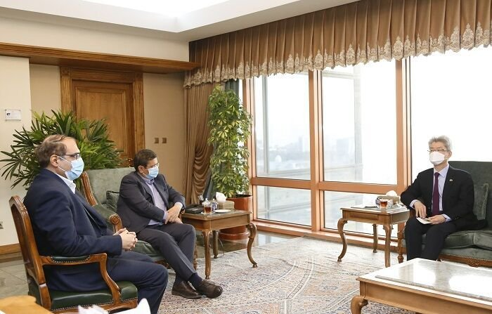 South Korean Ambassador to Iran Ryu Jeong-hyun (R) meets with Gov. Abdolnaser Hemmati of the Central Bank of Iran in the Korean Embassy in Tehran, in this photo captured from Iran's government website on Feb. 23, 2021. (PHOTO NOT FOR SALE) (Yonhap)