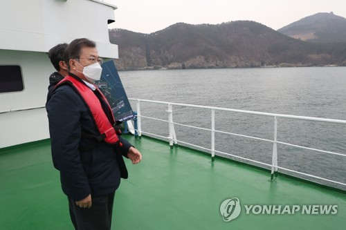 Moon visits Busan