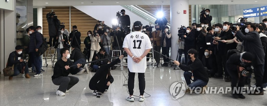 Choo Shin-soo of the Korea Baseball Organization club owned by Shinsegae speaks to reporters after arriving at Incheon International Airport in Incheon, just west of Seoul, on Feb. 25, 2021. (Yonhap)
