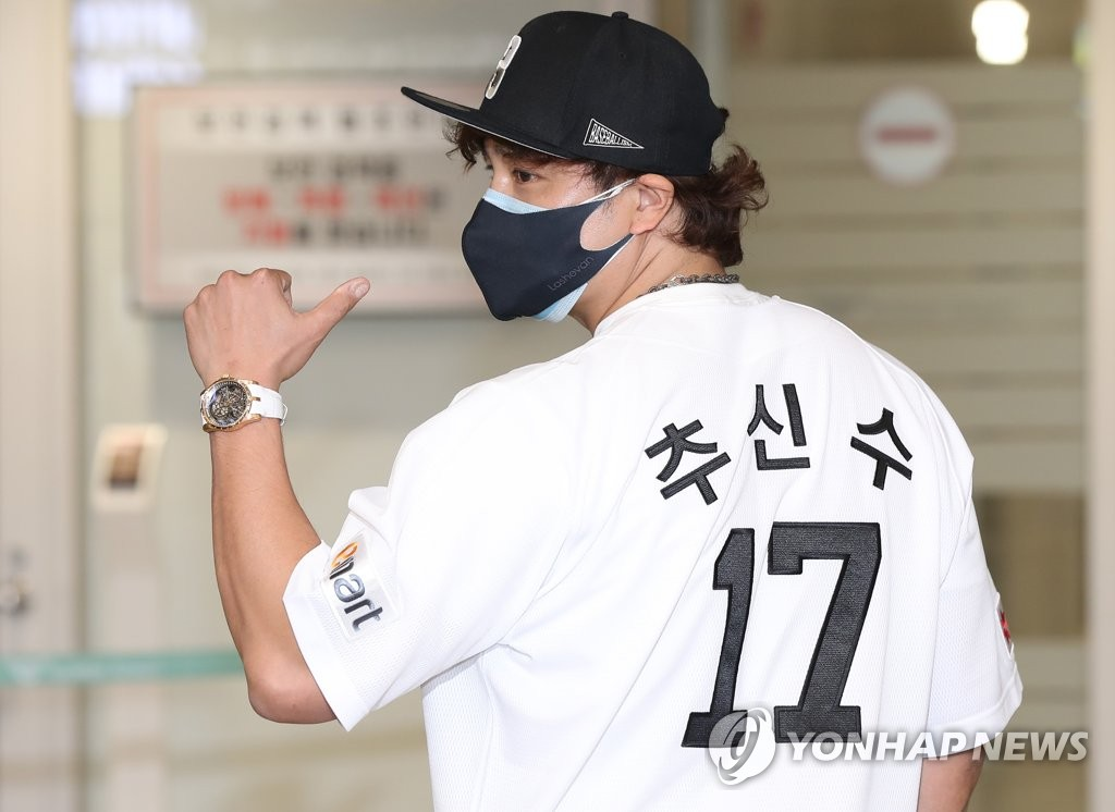 Choo Shin-soo of the Korea Baseball Organization club owned by Shinsegae Group poses in his new club's temporary jersey after arriving at Incheon International Airport, west of Seoul, on Feb. 25, 2021. (Yonhap)
