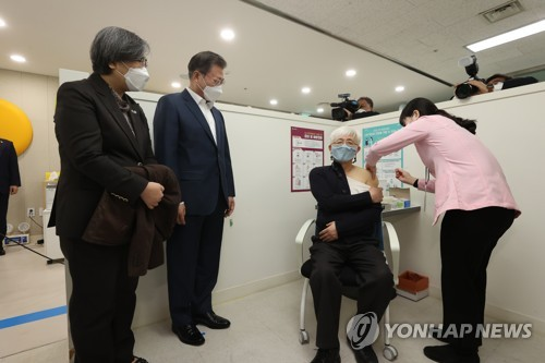 (2nd LD) Moon observes COVID-19 vaccination as gov't begins inoculation campaign