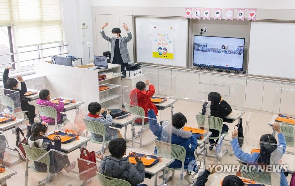 2021학년도 초·중·고교 신학기 첫 등교가 시작된 지난 3월 2일 오전 서울 강남구 한 초등학교에서 첫 등교를 한 1학년 학생들이 화상으로 열린 입학식에서 인사하고 있다. [사진공동취재단. 연합뉴스 자료사진]