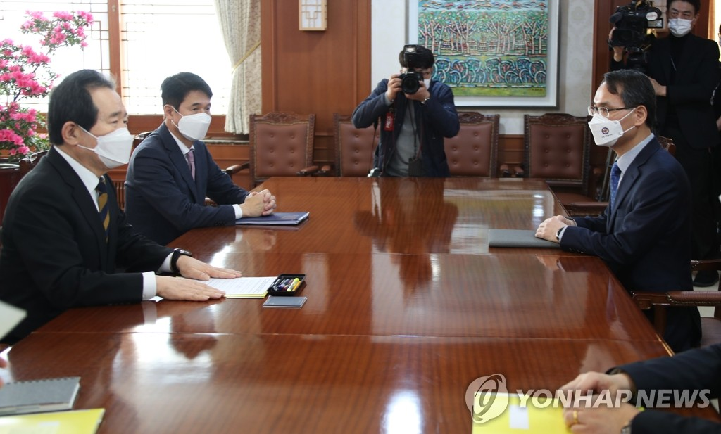 Prime Minister Chung Sye-kyun (L) meets with Nam Gu-jun (R), inaugural chief of the police's National Office of Investigation, at the prime minister's office in Seoul on March 8, 2021. (Yonhap)