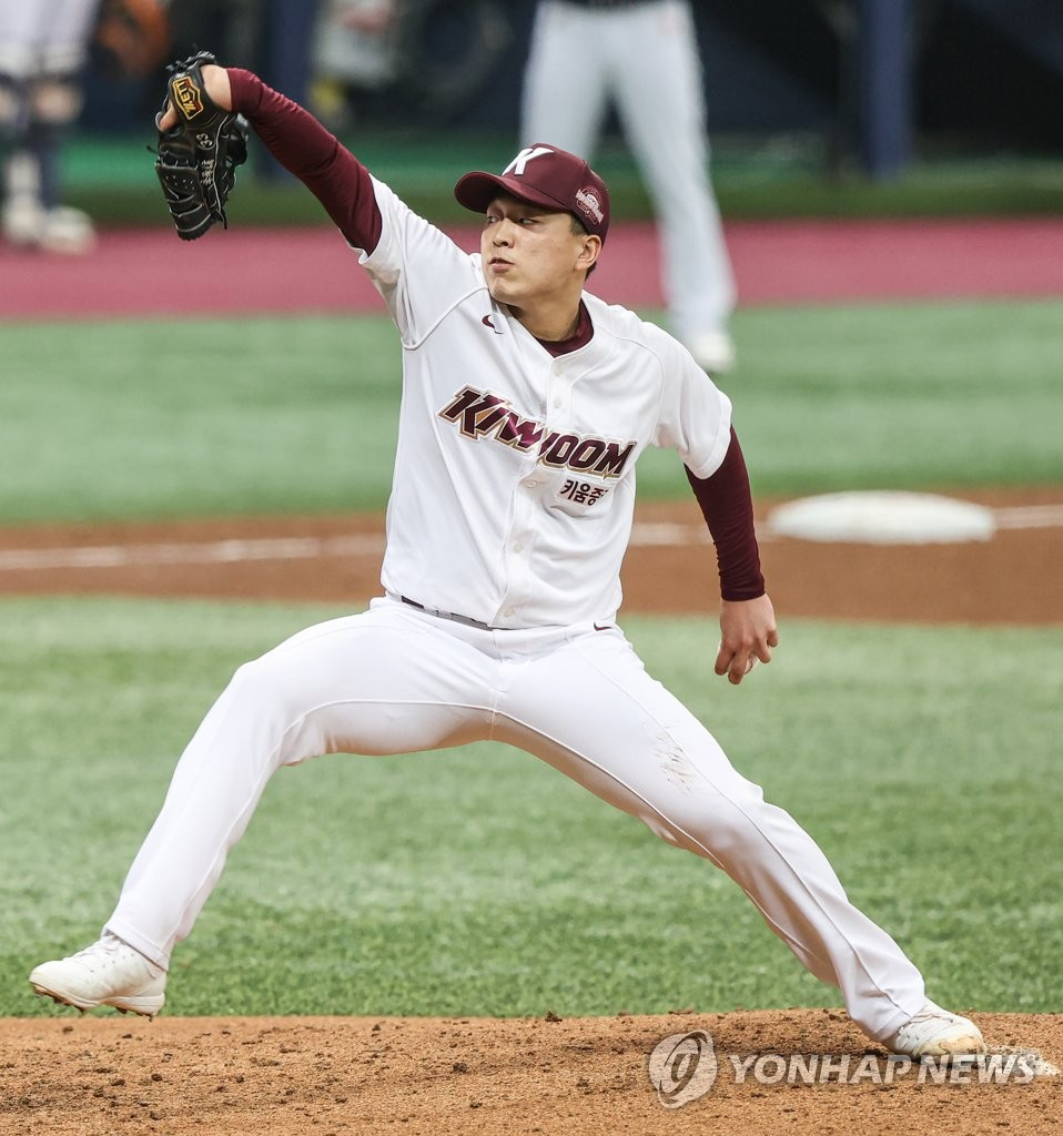 Lee Seung-ho of the Kiwoom Heroes pitches against the Doosan Bears in an unofficial practice game at Gocheok Sky Dome in Seoul on March 14, 2021. (Yonhap)