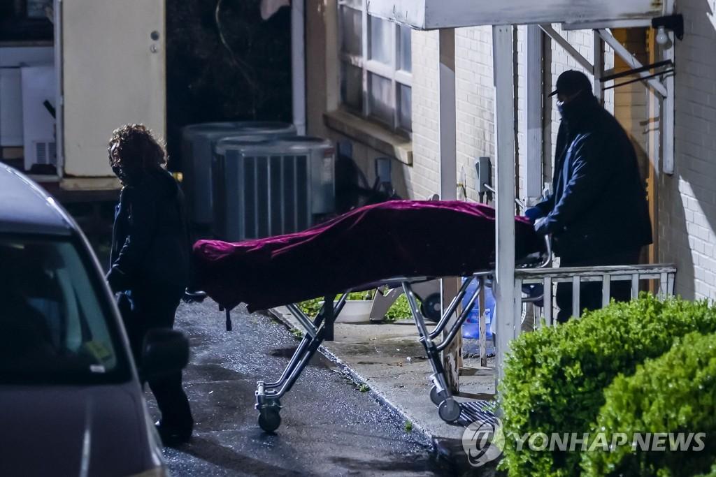 '애틀랜타 연쇄 총격사건' 희생자 시신 옮기는 미 검시관