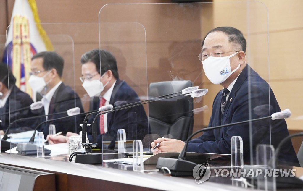 This photo, provided by the Ministry of Economy and Finance on March 22, 2021, shows Finance Minister Hong Nam-ki (R) presiding over a meeting with senior ministry officials at the government complex in the administrative city of Sejong. (PHOTO NOT FOR SALE) (Yonhap)