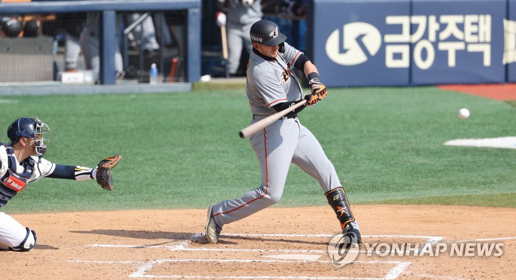 Ryon Healy of the Hanwha Eagles hits a three-run home run against the Doosan Bears in the top of the sixth inning of a Korea Baseball Organization preseason game at Jamsil Baseball Stadium in Seoul on March 23, 2021. (Yonhap)