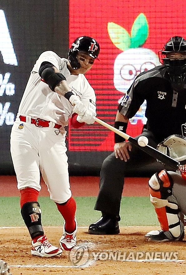 Choo Shin-soo of the SSG Landers hits a solo home run off Nick Kingham of the Hanwha Eagles in the bottom of the third inning of their Korea Baseball Organization (KBO) regular season game at Incheon SSG Landers Field in Incheon, 40 kilometers west of Seoul, on April 8, 2021. (Yonhap)