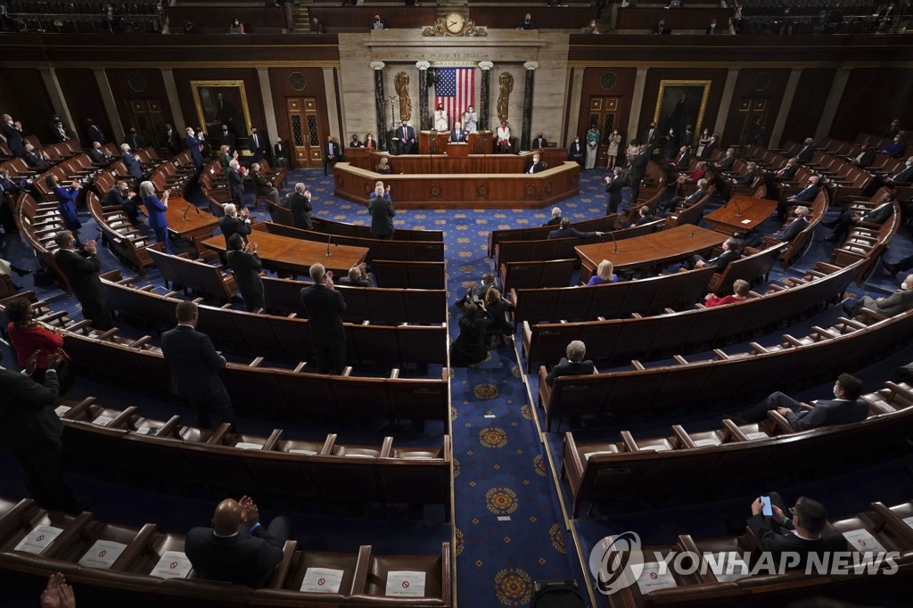 바이든 첫 의회 연설서 거리두기하고 앉은 미 의원들
