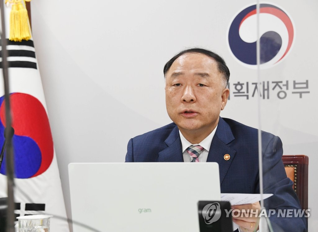 Finance Minister Hong Nam-ki holds a virtual meeting with Asian Development Bank President Masatsugu Asakawa at the government complex in Seoul on May 4, 2021, in this photo provided by the Ministry of Economy and Finance. (PHOTO NOT FOR SALE) (Yonhap)