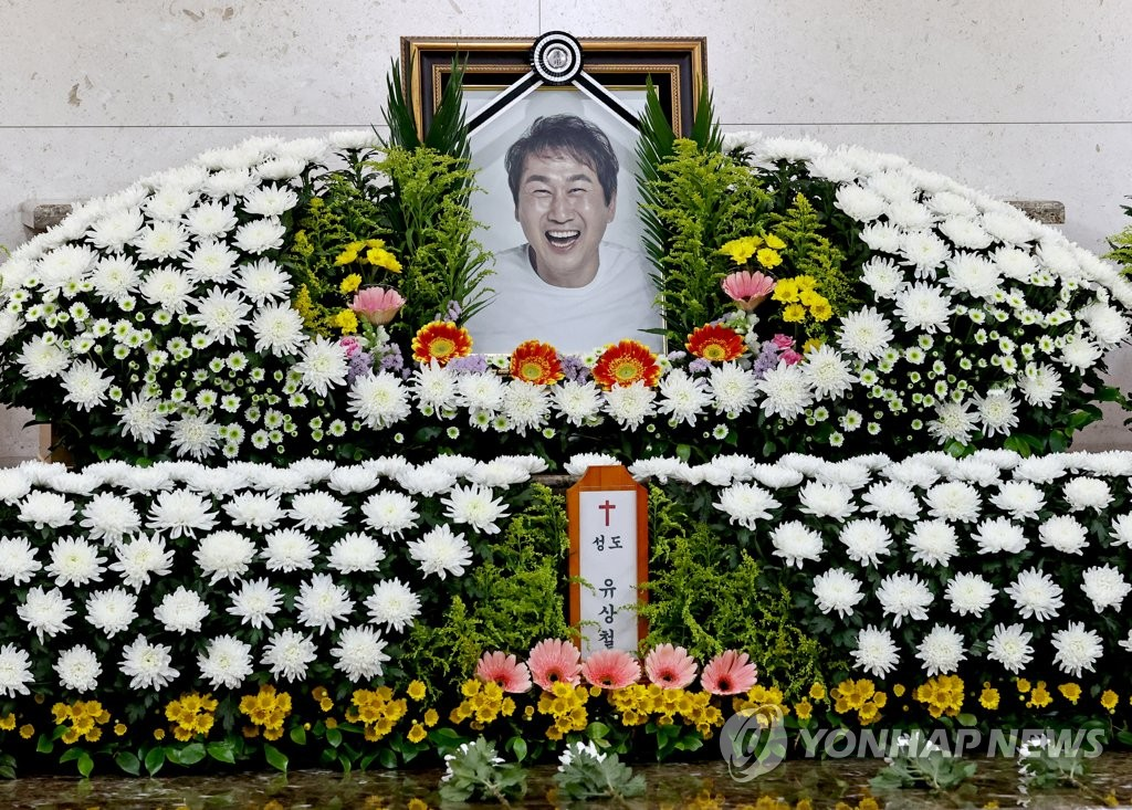 A memorial altar for the late football star Yoo Sang-chul is set up at Asan Medical Center in Seoul on June 7, 2021. (Yonhap)