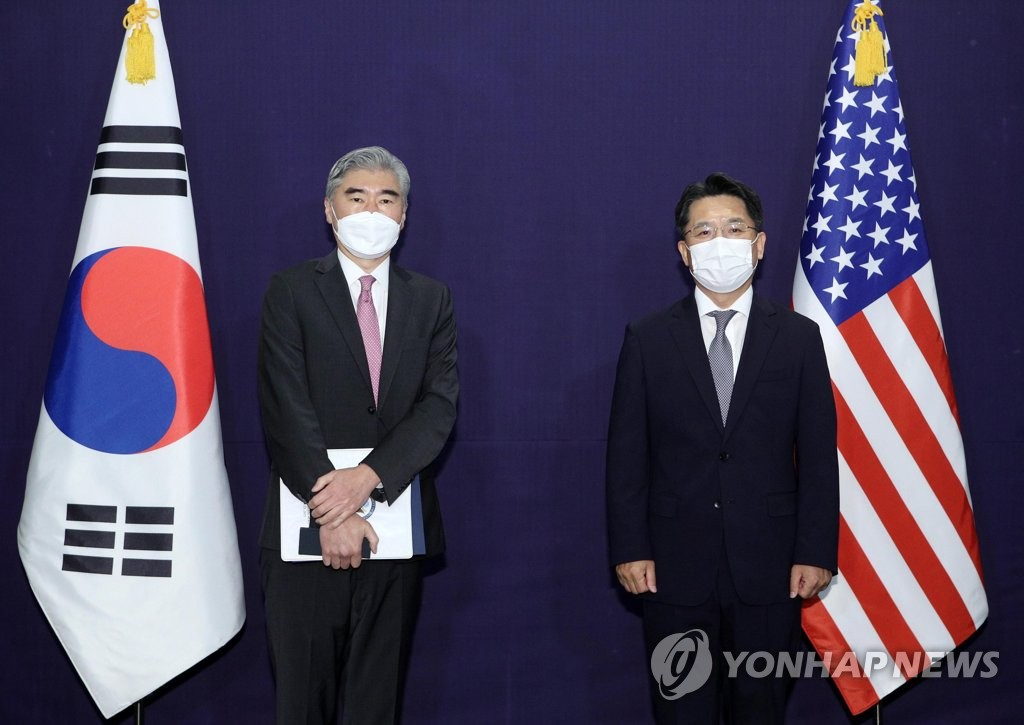 South Korea's top nuclear envoy, Noh Kyu-duk (R), and his U.S. counterpart, Sung Kim, pose for a photo before their talks at a hotel in Seoul on June 21, 2021. (Pool photo) (Yonhap)