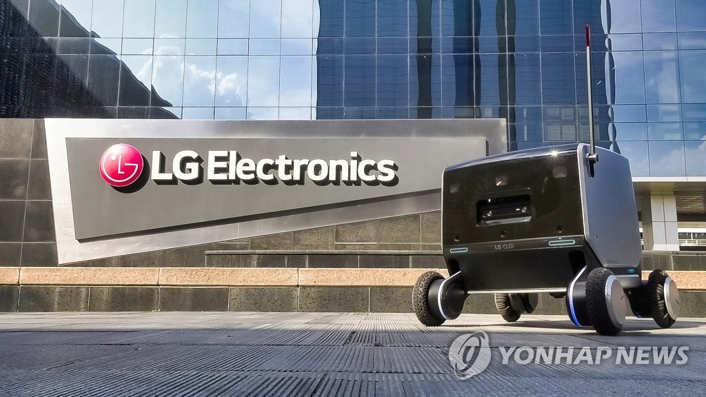 This photo provided by LG Electronics Inc. on July 13, 2021, shows the company's new indoor-outdoor delivery robot. (PHOTO NOT FOR SALE) (Yonhap)