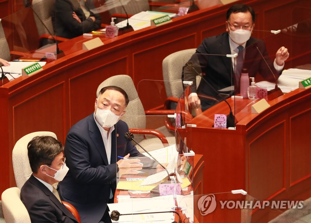 Finance Minister Hong Nam-ki (2nd from L) responds to lawmakers' questions during a meeting of the special committee on budget and accounts at the National Assembly in Seoul on July 14, 2021. (Yonhap)