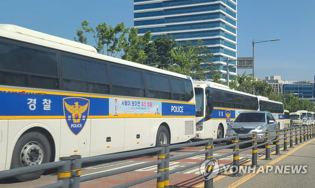 Police buses barricade an area near the National Health Insurance in Wonju, about 140 kilometers east of Seoul, on July 23, 2021, as the Korean Confederation of Trade Unions said it will stage a rally despite repeated government warnings amid the fourth wave of the coronavirus pandemic. (Yonhap)
