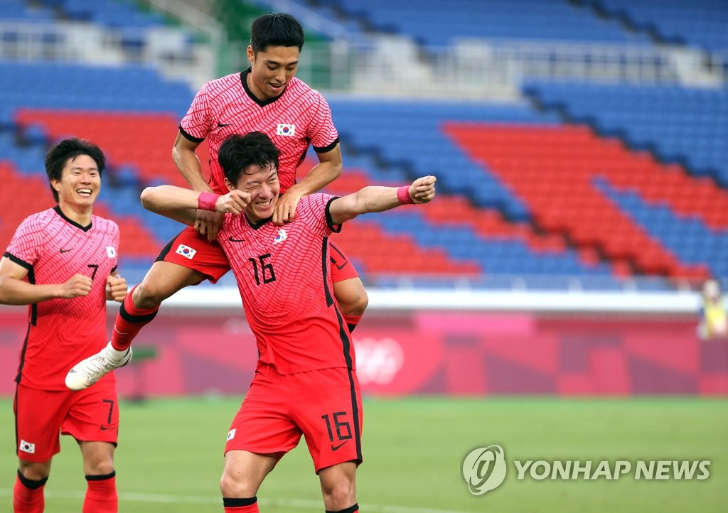 Hwang Ui-jo of South Korea (C) celebrates his goal against Honduras during the teams' Group B match at the Tokyo Olympic men's football tournament at International Stadium Yokohama in Yokohama, Japan, on July 28, 2021. (Yonhap)