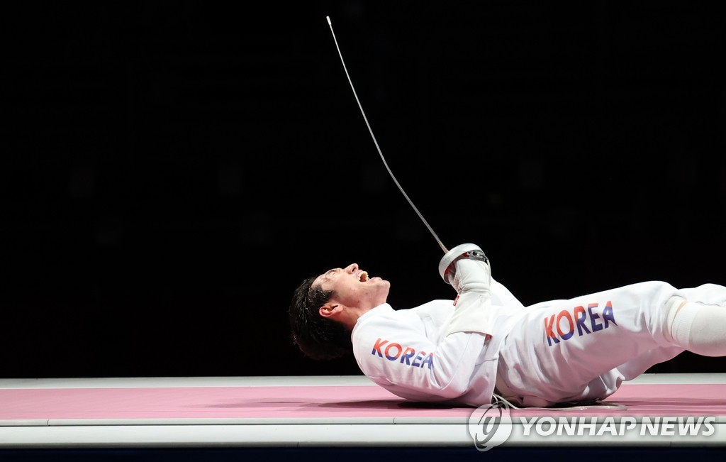 Park Sang-young of South Korea celebrates South Korea's victory over China in the bronze medal match of the men's epee team fencing event at the Tokyo Olympics at Makuhari Messe Hall B in Chiba, Japan, on July 30, 2021. (Yonhap)