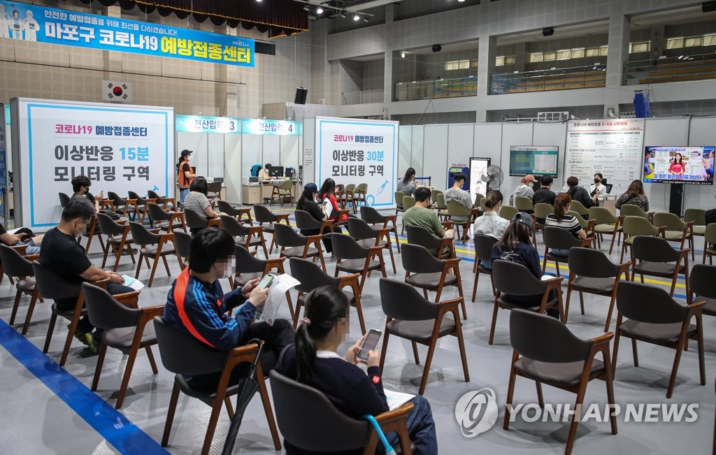 Vaccinated citizens wait at a makeshift clinic in a gym in western Seoul to be monitored for potential post-vaccination side effects on Sept. 1, 2021. (Yonhap)